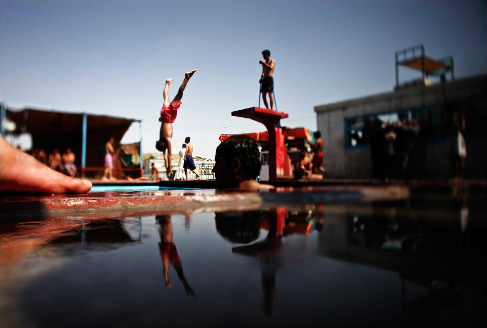 13. Подростки отдыхают в бассейне в Кабуле, несмотря на новости о взрыве, потрясшем афганскую столицу в субботу 15 августа, Афганистан.  (AP/Dima Gavrysh)