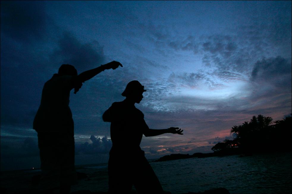 14. Рыбаки Шри-Ланки держат леску на море в Галле, Шри-Ланка, во вторник 18 августа.  (AP/Eranga Jayawardena)