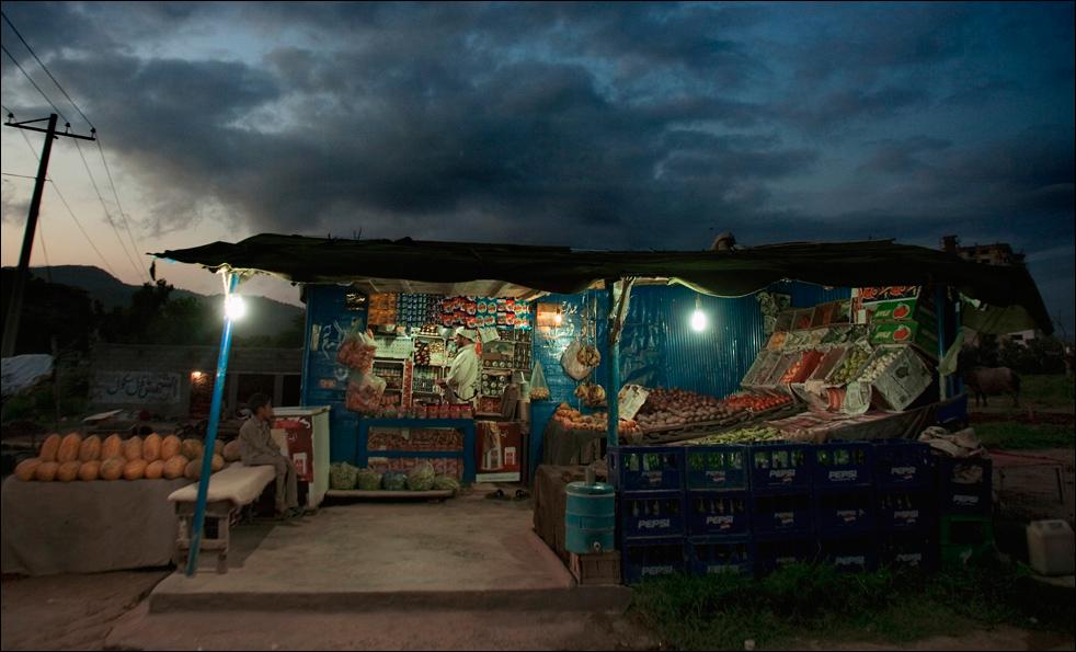 15. Пакистанский торговец предлагает свои товары вечерним молитвенникам на лотке у дороги в пригороде Исламабада, Пакистан, в среду 19 августа.  (AP/Anjum Naveed)