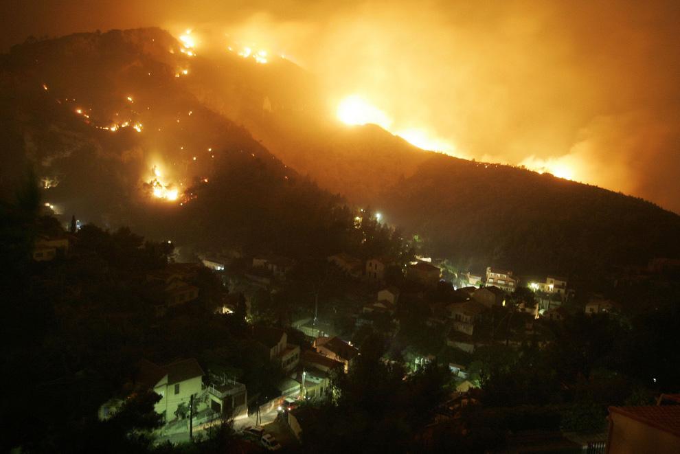 2. Лесной пожар угрожает жителям Марселя, 23 июля 2009. Более 300 человек были эвакуированы из собственных домов в пригородах Марселя, так как, по заявлениям официальных источников, лесной пожар, возникший из-за военных манёвров, приблизился к городу. (REUTERS/Philippe Laurenson)