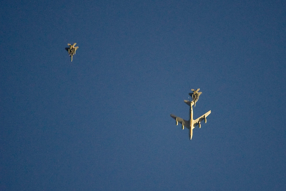 2. Американский стратотанкер KC-135 заправляет самолет F15 в воздухе над передовой оперативной базой в афганской провинции Логар, 30 июля 2009 года. (REUTERS/Shamil Zhumatov)