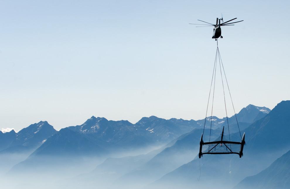 5. Новый 27-метровый высокотехнологичный катамаран, принадлежащий чемпиону Кубка Америки Alinghi, летит в воздухе 7 августа 2009 года недалеко от Аосты, Италия, перелетая через Альпы из Швейцарии и Средиземное море. (FABRICE COFFRINI/AFP/Getty Images)