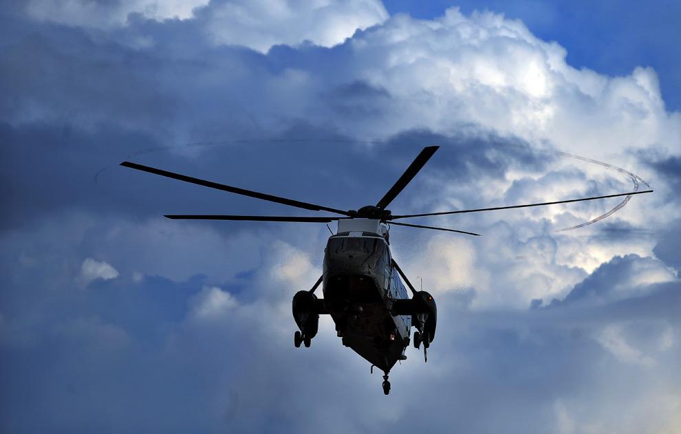 """7. Вихри от лопастей вертолета «Marine One"""" с президентом Бараком Обамой на борту видны в воздухе. Вертолет готовится приземлиться на южной лужайке Белого Дома в Вашингтоне, округ Колумбия, 29 июля 2009 года. (JEWEL SAMAD/AFP/Getty Images)"""