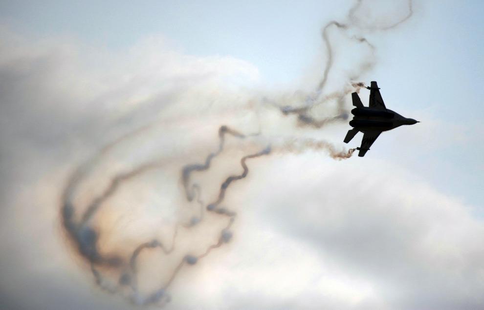 8. Российский Миг-29 во время международного авиасалона МАКС 2009 недалеко от Москвы 22 августа 2009 года. (DMITRY KOSTYUKOV/AFP/Getty Images)