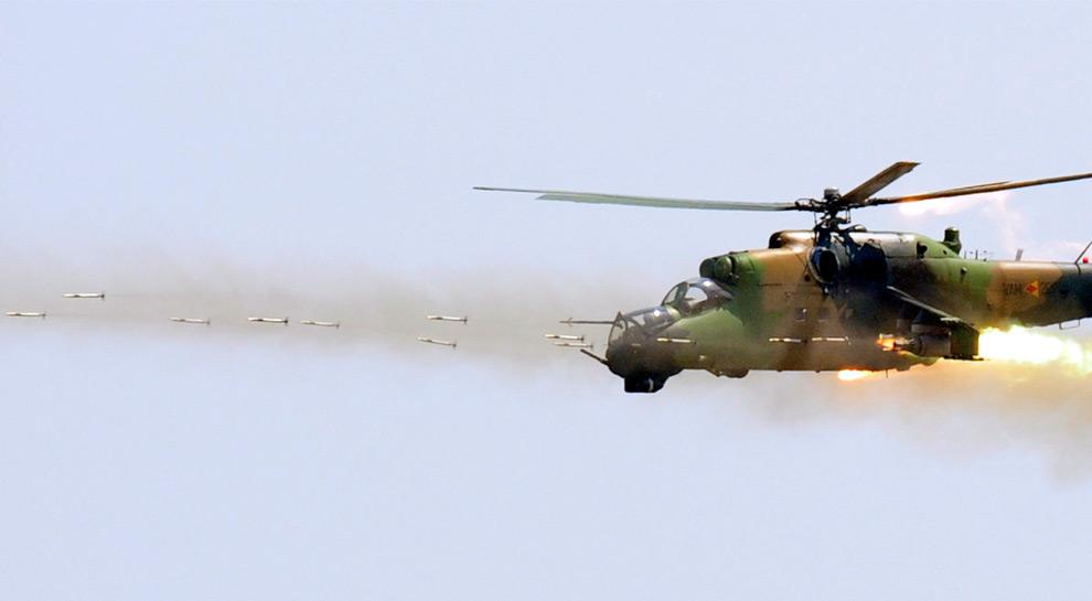 11. Македонский армейский вертолет Ми-24 стреляет ракетами во время военной тренировки в тренировочном центре Криволак в 100 км от Скопье, Македония, 30 июля 2009 года. (REUTERS/Ognen Teofilovski)