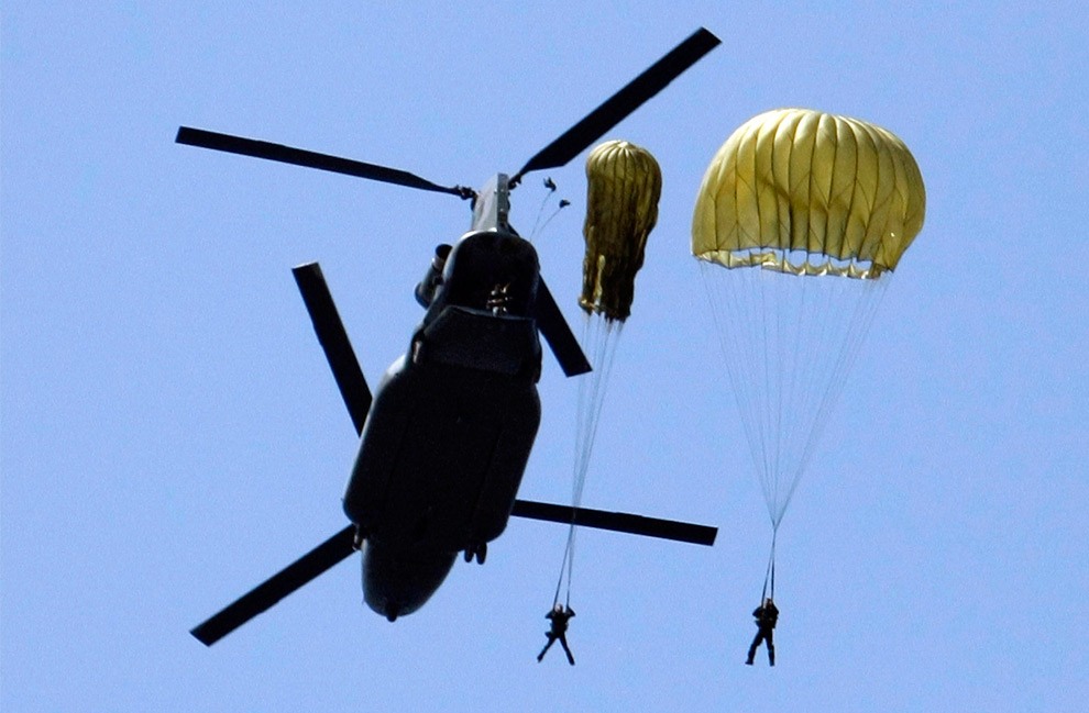 14. Солдаты специального подразделения Южной Кореи прыгают с парашютом с вертолета во время морской высадки в Теане к югу от Сеула 5 августа 2009 года. (REUTERS/Lee Jin-man)