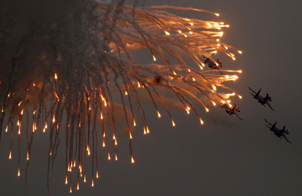 15. Пилотажная группа «Русские Витязи» на истребителях Су-27 во время международного авиасалона МАКС 2009 под Москвой 23 августа 2009 года. (DMITRY KOSTYUKOV/AFP/Getty Images)