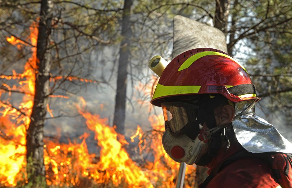 20. Член штаба ЧС Испании пытается погасить пожар, разгоревшийся в городе Канизар дель Оливар, Испания, 24 июля 2009. (PEDRO ARMESTRE/AFP/Getty Images)