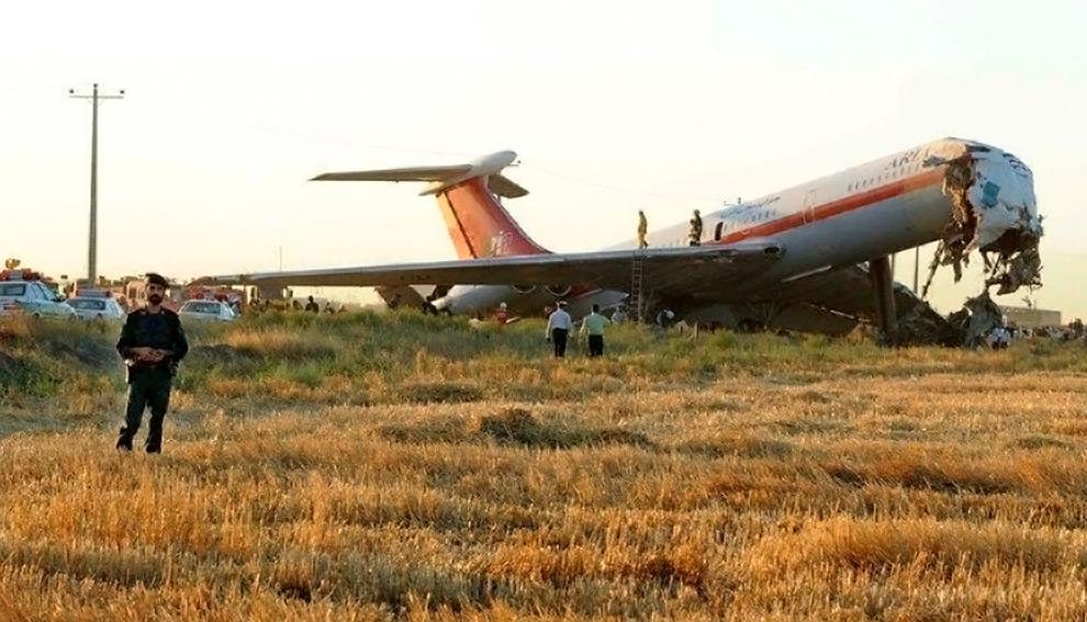 22. Вид обломков пассажирского лайнера «Ильюшин Ил-62» в Мешхеде, Иран, 24 июля 2009 года. Самолет с 160 пассажирами на борту сошел с взлетной полосы при посадке, пробив забор. Во время этого инцидента погибло 17 человек и около 30 получили ранения. (REUTERS/ IRNA Stringer)