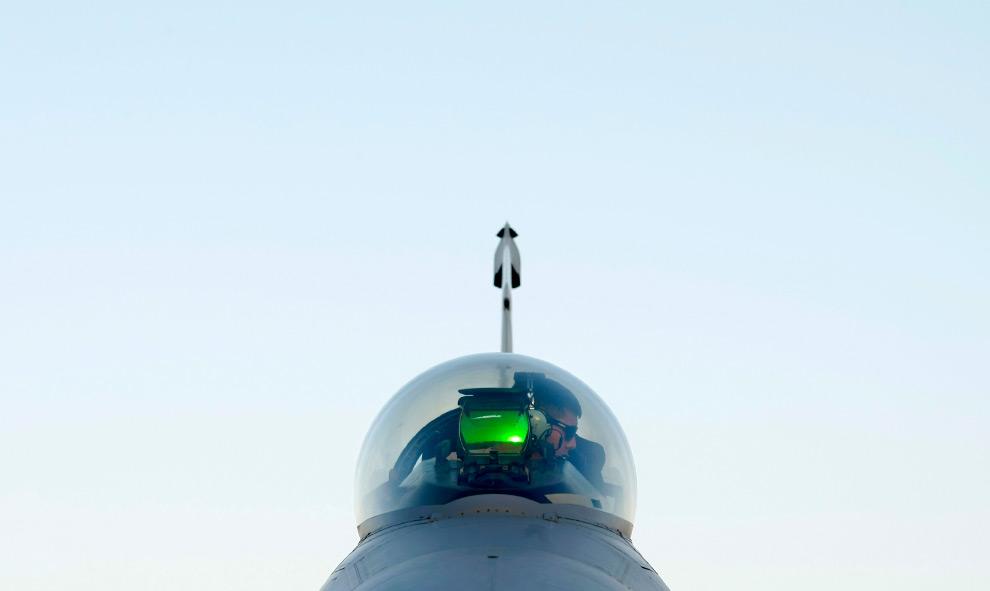 24. Член наземного экипажа работает в кабине истребителя F-16 военно-воздушных сил США на воздушной базе Баграм, к северу от Кабула, 10 августа 2009 года. (REUTERS/Tim Wimborne)