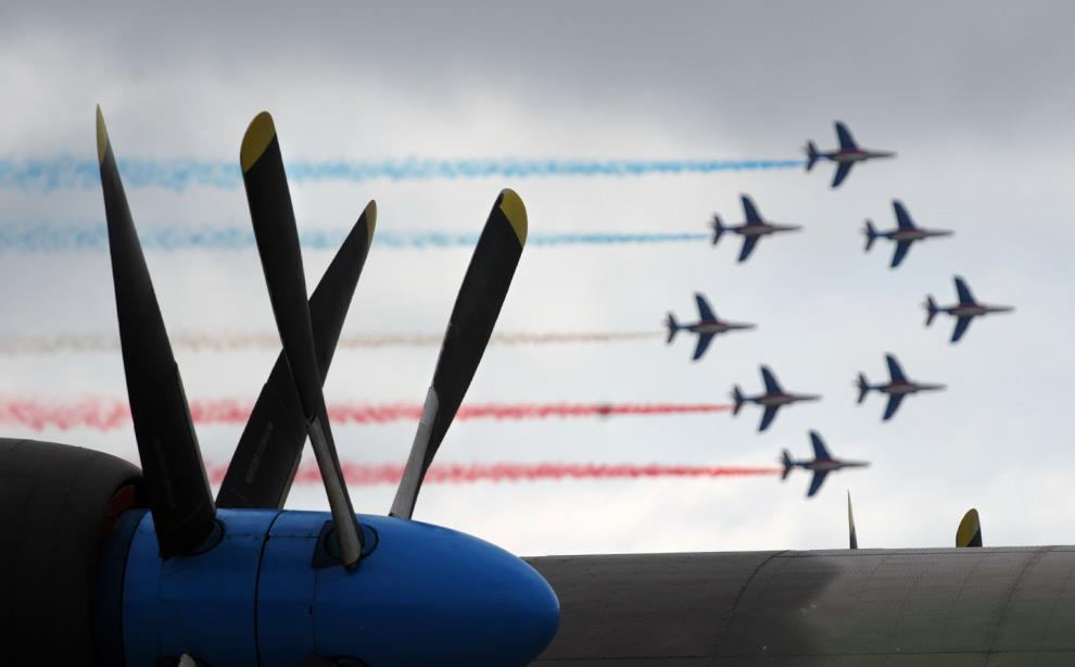 27. Французская пилотажная группа «Patrouille de France» во время выступления на Международном авиасалоне МАКС 2009 в подмосковном Жуковском, 22 августа 2009 года. (DMITRY KOSTYUKOV/AFP/Getty Images)