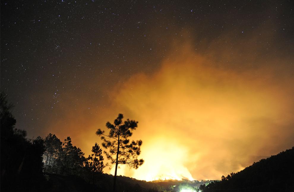 29. Ночной вид разбушевавшегося пожара в городе Камбронцино, Испания, 28 июля 2009 года. (PEDRO ARMESTRE/AFP/Getty Images)