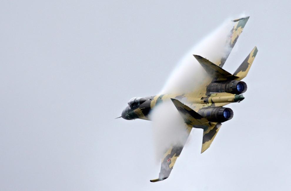 30. Конденсационное облако над крыльями самолета «Сухой Су-35» во время его крутого разворота на Московском международном авиасалоне в пятницу 21 августа 2009 года. (AP Photo/Sergey Ponomarev)