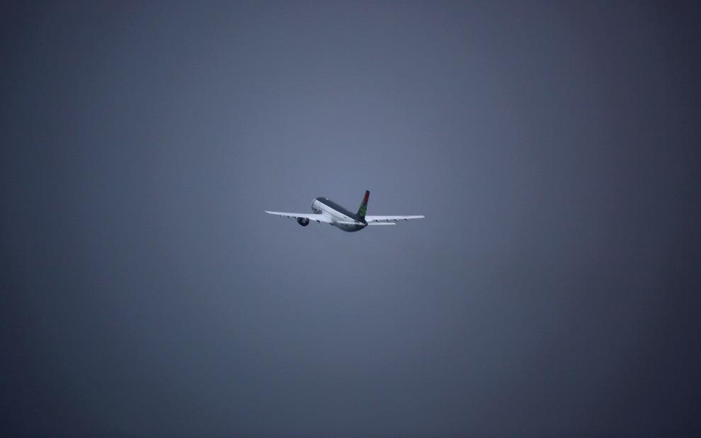 32. Пассажирский самолет с террористом, взорвавшим самолет «Lockerbie», Абдель Бассет Али аль-Меграхи летит на его родину в Ливию из аэропорта Глазго 20 августа 2009 года в Глазго, Шотландия. Абдель Бассет Али аль-Меграхи отбывал пожизненное заключение за взрыв самолета Pan-AM рейс 103 в 1988 году, в результате которого погибло 270 человек; его отпустили из-за проблем со здоровьем – он неизлечимо болен раком предстательной железы. (Jeff J Mitchell/Getty Images)