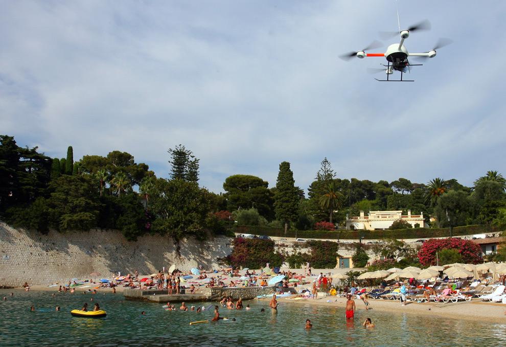 33. Радиоуправляемый летательный аппарат с термической камерой для исследования загрязнения воды в море летит над пляжем в Сен-Жан-Кап-Ферра в бухте Вильфранш, южная Франция, 30 июля 2009 года. (STEPHANE DANNA/AFP/Getty Images)