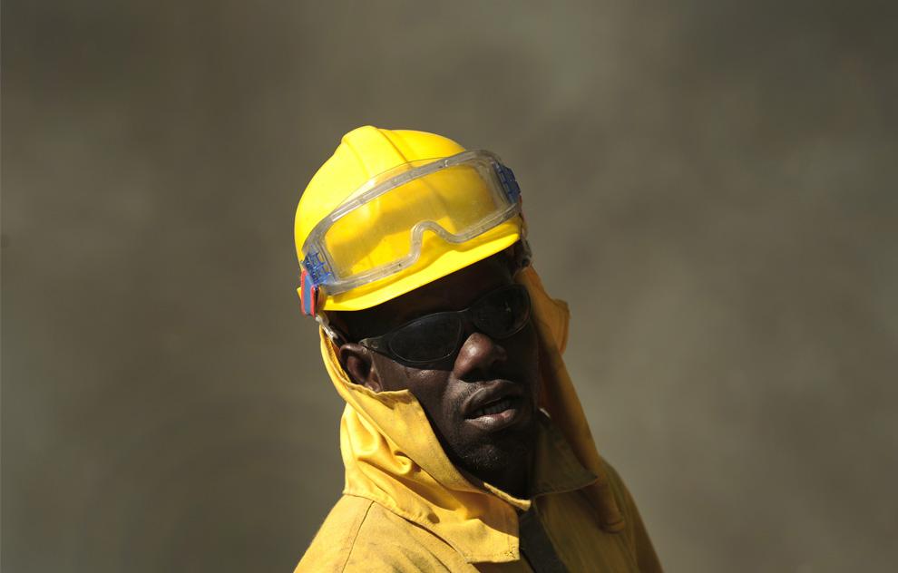 33. Член пожарной бригады города Сеговия «Ромео 10» тушит огонь в Паррасе, Испания, 29 июля 2009 года. (PEDRO ARMESTRE/AFP/Getty Images)