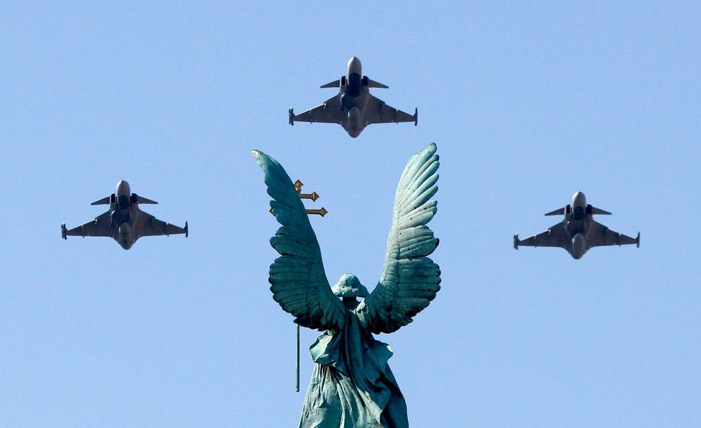 34. Венгерские истребители «Грипены» летят над площадью Героев в Будапеште во время Национального дня Венгрии 20 августа 2009 года. (REUTERS/Laszlo Balogh)