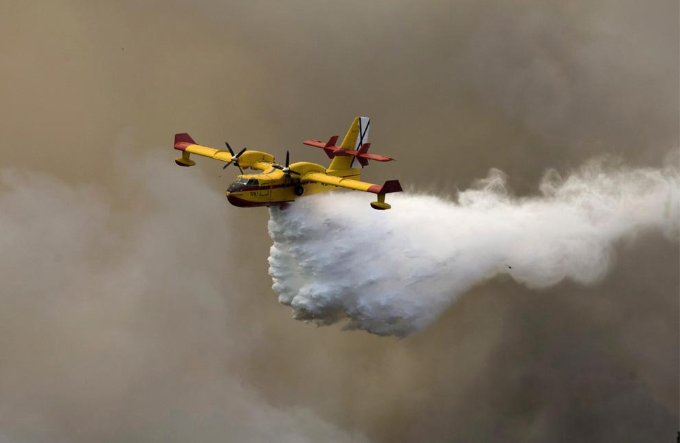 34. Самолет сбрасывает воду на пожар, вышедший из-под контроля, в муниципалитете Мацо южной части острова Ла Пальма 2 августа 2009 года. (REUTERS/Santiago Ferrero)
