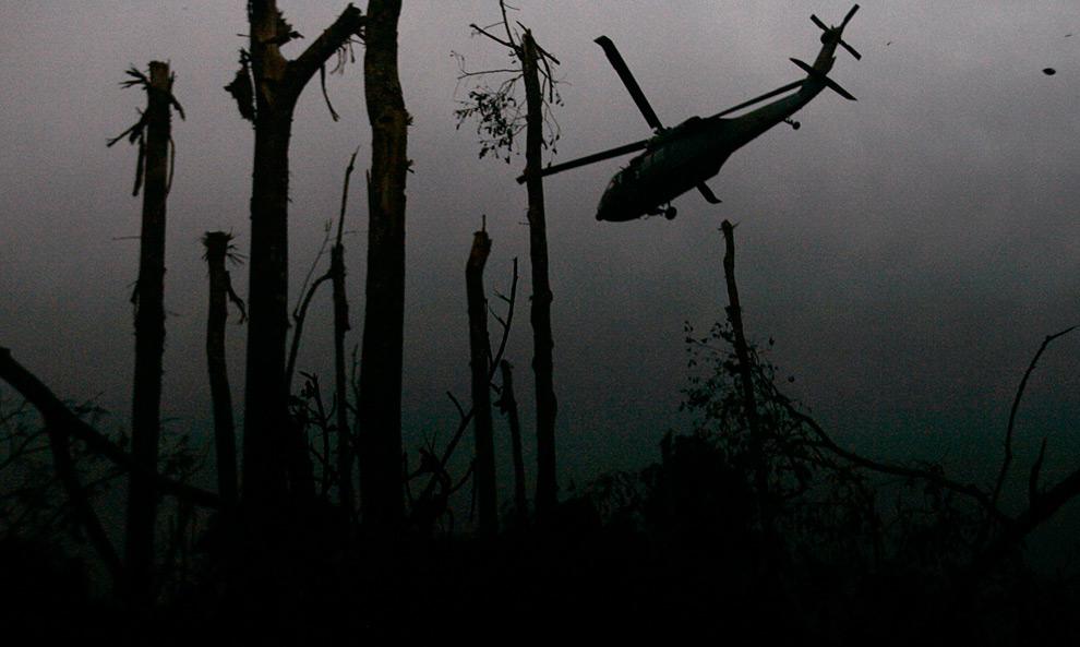 39. Военный вертолет летит над обстрелянным районом в Кано Кабра во время пресс-тура, организованного колумбийскими военными 25 июля 2009 года. Как сообщает военное командование страны, колумбийские военные силы убили, по меньшей мере, 18 левых партизан из 27 фронта FARC в субботу во время воздушного обстрела южной провинции Мета. (REUTERS/Fredy Builes)
