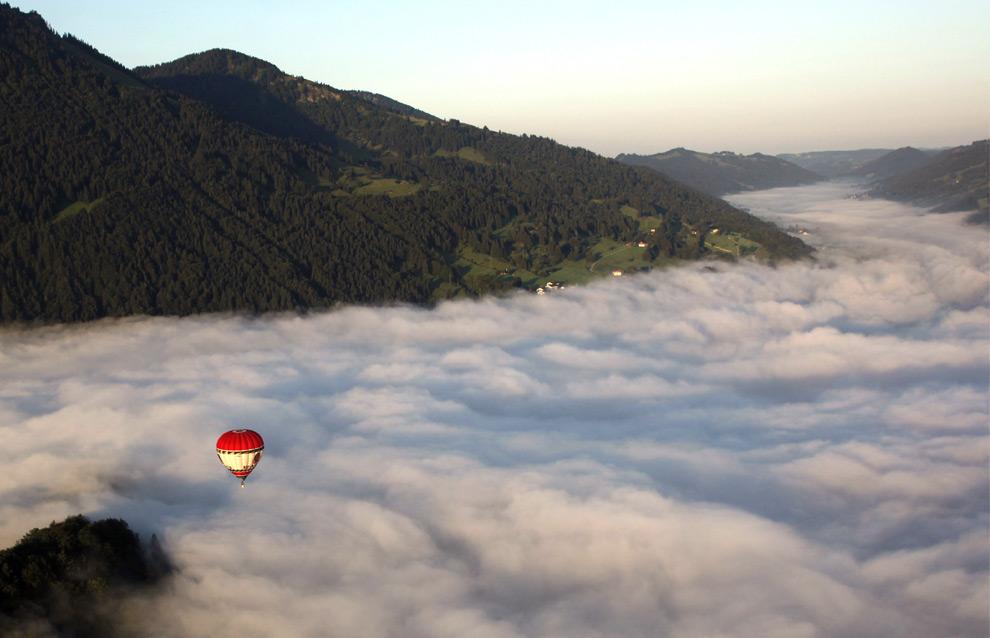 40. Воздушный шар летит над утренним туманом недалеко от Имменштадт-им-Альгой, южная Германия, 24 августа 2009 года. (SEBASTIAN WIDMANN/AFP/Getty Images)