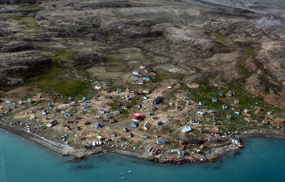 2. Вид деревни гренландской Каарсут с высоты птичьего полета 20 июля 2007. (Oiving, original)