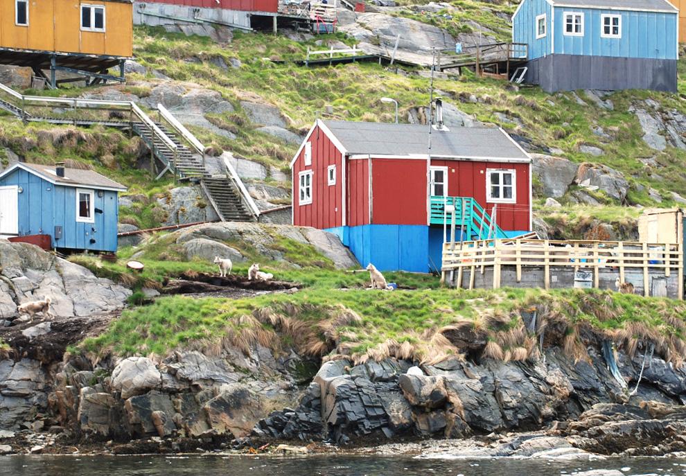 3. Снимок гренландской деревни Сарфаннкуак на холме, сделанный 3 июля 2009 года. 120 жителей деревни ждут, когда им доставят ветряные турбины, которые позволят снизить их зависимость от нефти и освободить от изоляции. (Slim ALLAGUI/AFP/Getty Images)