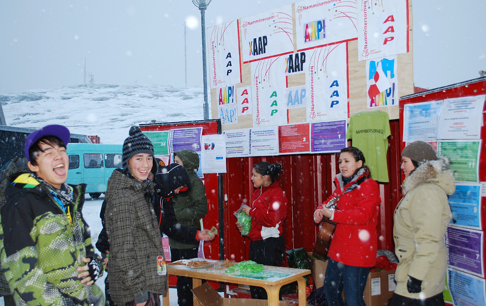 5. Жители Гренландии пропагандируют принятие решения предоставить полуавтономной датской территории самоуправление. Снимок сделан в столице Гренландии Нук 25 ноября 2008 года. (Slim ALLAGUI/AFP/Getty Images)