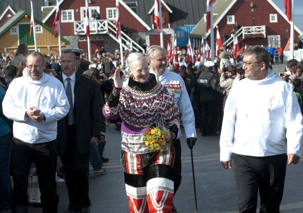 6. Королева Дании Маргрете и ее муж, принц Хенрик, на церемонии в честь празднования новой эры правления Гренландии в Нуке 21 июня 2009 года. (KELD NAVNTOFT/AFP/Getty Images)