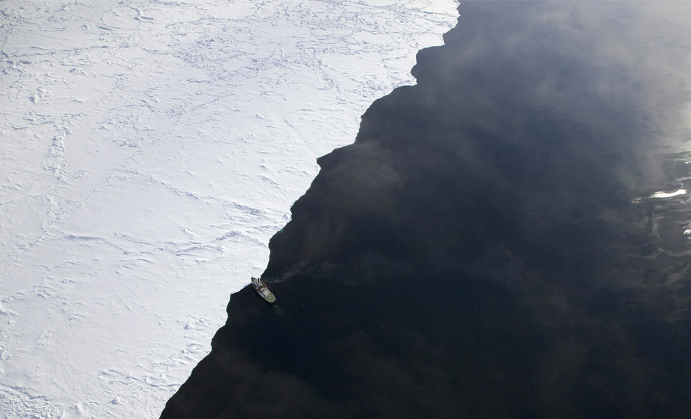 11. «Арктический рассвет» достигает ледяной кромки канала Робесон между Гренландией и Канадой 29 июня 2009 года. (REUTERS/Nick Cobbing/Greenpeace)
