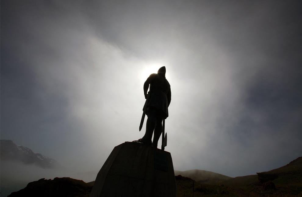12. Статуя викинга-исследователя Лейфа Эриксона смотрит на деревню Кассиарсук 30 июля 2009 года, в которой отец Эриксона – Эрик Рыжий основал свое первое поселение в южной Гренландии примерно в 985 году н.э. (REUTERS/Bob Strong)