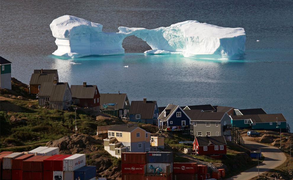 13. Айсберг проплывает мимо города Кулусук, восточная Гренландия, 1 августа 2009 года. (REUTERS/Bob Strong)