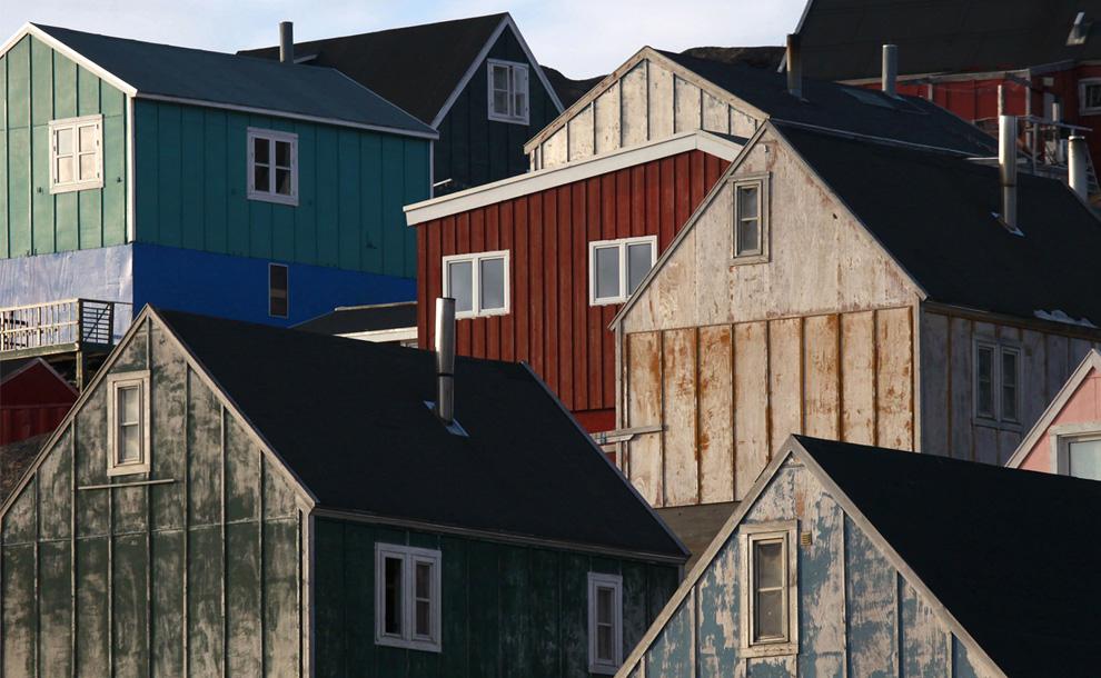 14. Дома освещаются ранним солнцем в городе Тасиилак в восточной Гренландии 4 августа 2009 года. (REUTERS/Bob Strong)