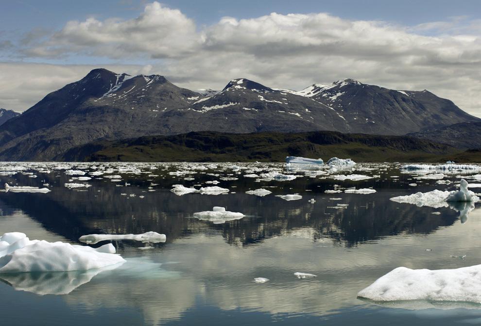 15. Айсберги отражаются в водах фьорда Эрик недалеко от города Нарсарсуак в южной Гренландии 26 июля 209 года. (REUTERS/Bob Strong)