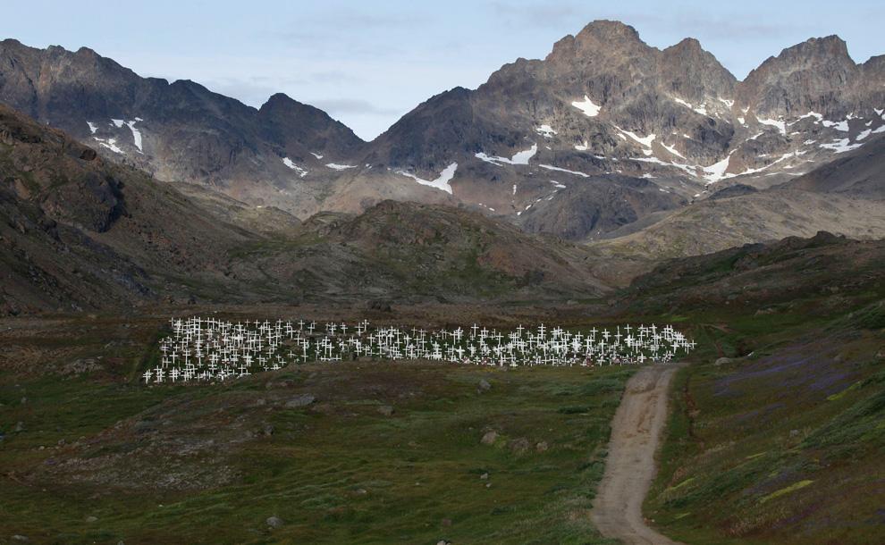 16. Грязная дорога ведет к местному кладбищу за гренландским городом Тасиилак, 4 августа 2009 года. (REUTERS/Bob Strong)
