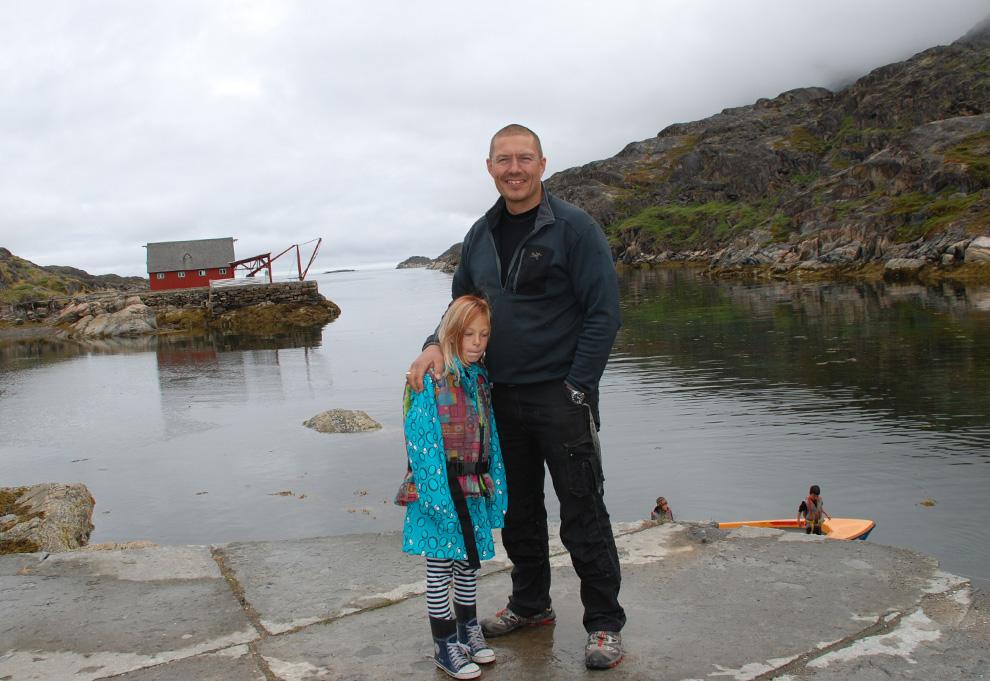 17. Снимок, сделанный 2 июля 2009 года: рыбак Бо Лингс и его дочь Джулия в деревне Ассакутуак, западная Гренландия. (Slim ALLAGUI/AFP/Getty Images)