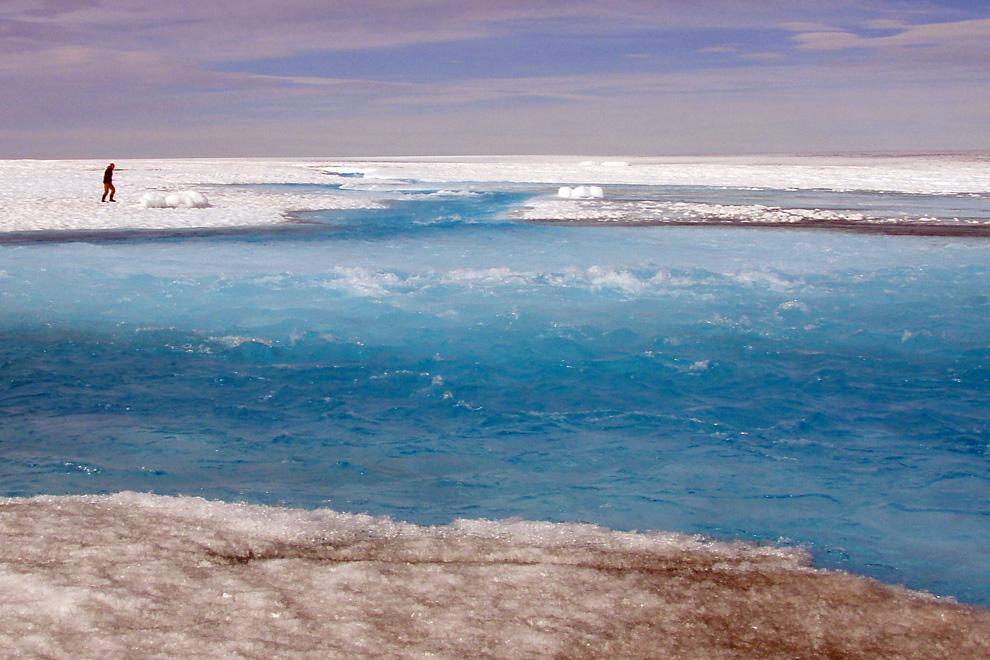 19. Большой таящий ручей течет по поверхности Гренландского ледникового щита, впадая в надледниковое озеро. (Image courtesy of Sarah Das, WHOI)