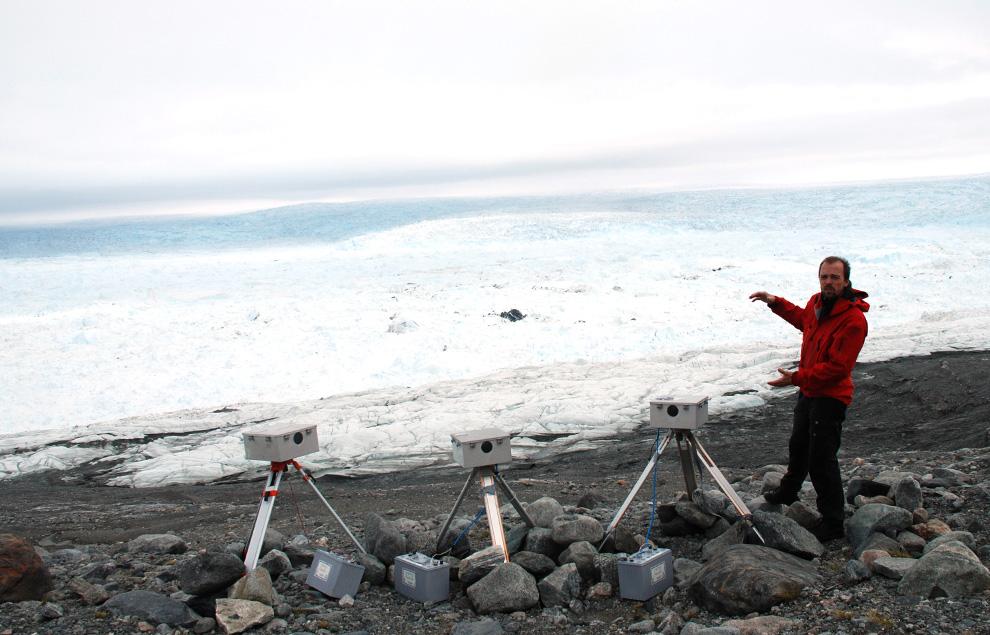 20. Датский эксперт по ледникам Питер Альстрем стоит перед ледником Илулиссат 3 июля 2009 года. Согласно американскому исследованию, опубликованному в прошлом году, из-за глобального потепления ледник Илулиссат в период между 2001 и 2005 годами потерял 94 кв. км своей поверхности. В 2004 году ледниковый фьорд Илулиссат был внесен ЮНЕСКО в список культурного фонда «Мировое Наследие». (Slim ALLAGUI/AFP/Getty Images)