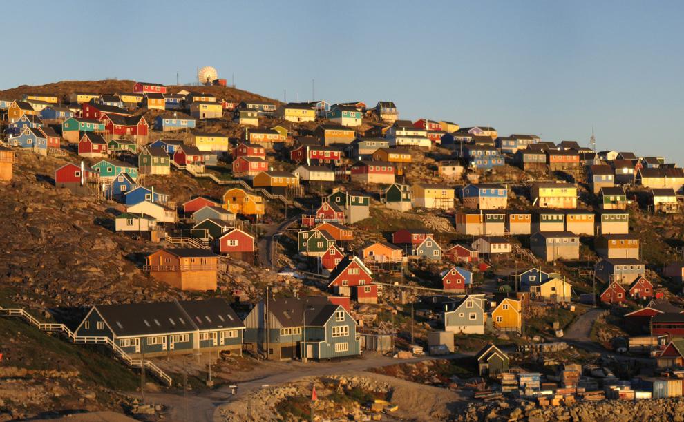 21. Деталь панорамного вида города Упернавик в Гренландии, снимок сделан с гор неподалеку от футбольного поля вечером перед закатом в 23:30 5 августа 2007 года. (Kim Hansen / CC BY-SA)