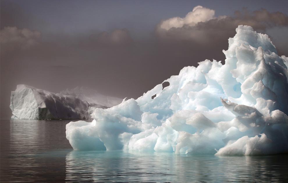 26. Айсберги плывут во фьорде недалеко от южного гренландского городка Нарсак 28 июля 2009 года. (REUTERS/Bob Strong)