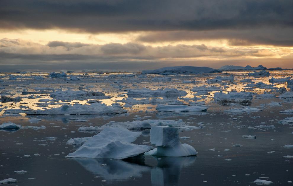 30. Заполненный айсбергами фьорд недалеко от Илулиссата в Гренландии 3 июля 2009 года. (Slim ALLAGUI/AFP/Getty Images)