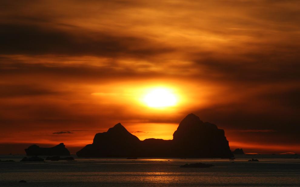 34. Солнце и айсберги вокруг Кейп-Йорка, Гренландия, в сентябре 2005 года. (Mila Zinkova / CC BY-SA)