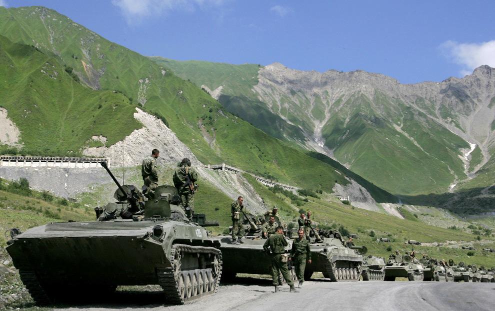 1) Батальон российской армии проходит через Кавказские горы в районе югоосетинского села Джаба в сторону конфликта 9 августа 2008 г. Президент Саакашвили объявляет военное положение. Фото: Дмитрий Костюков/AFP
