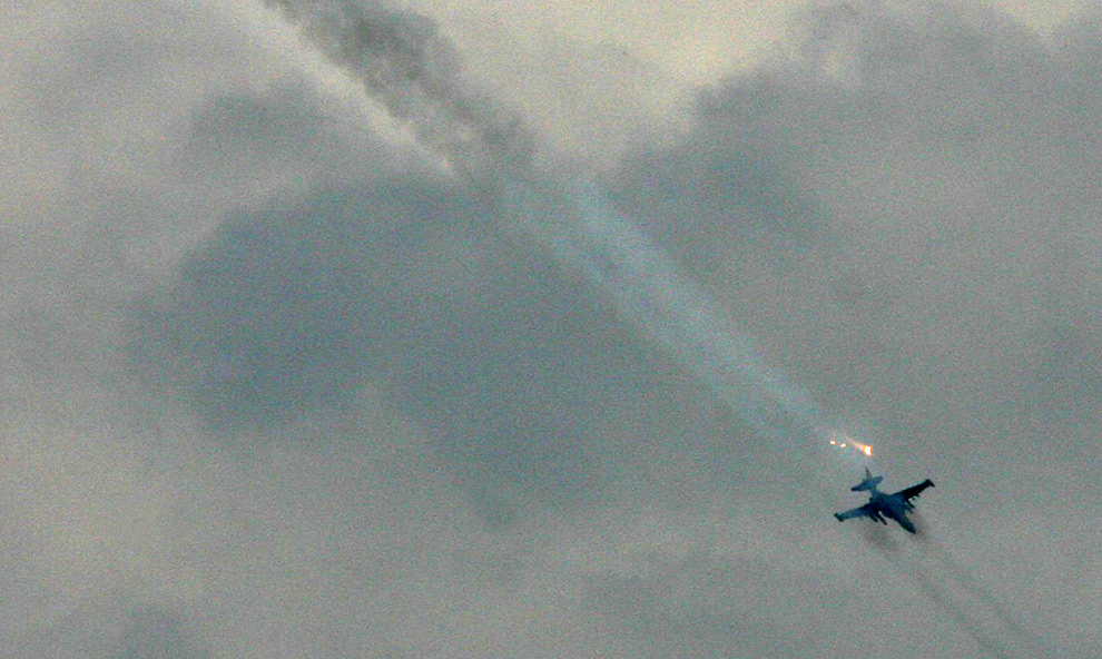 8) Российский самолет наносит авиаудары по грузинским позициям в Цхинвали, 8ое августа 2008 года. Фото: Вано Шламов, Getty Images