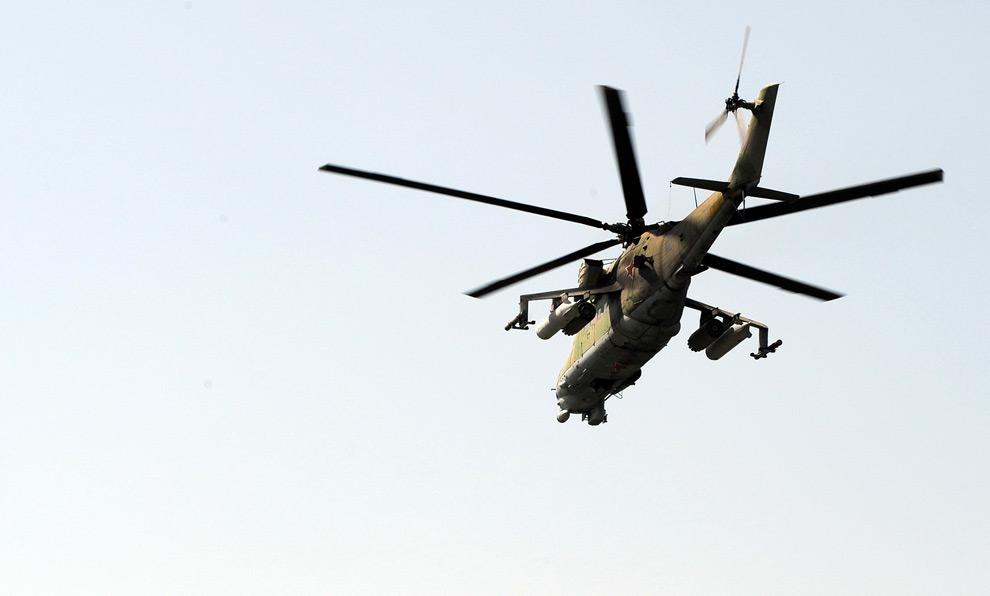 9) Российский военный вертолет летит над дорогой, соединяющей Цхинвали и Гори, 10ое августа 2008 года. Фото: Димитар Дилкофф, AFP