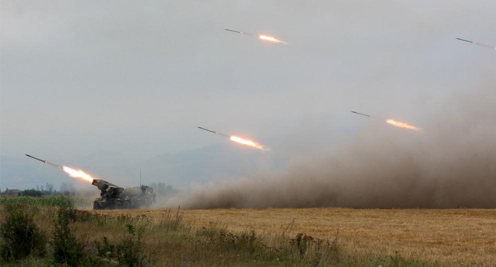 13) Артобстрел грузинскими войсками югоостеинской стороны. 8ое августа 2008 года. Фото: Вано Шламов, Getty Images