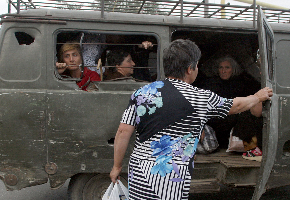 15) Эвакуация грузинских жителей в селе неподалеку от Цхинвали. 8ое августа 2008 года. Фото: Георгий Абдаладзе, AP Photo