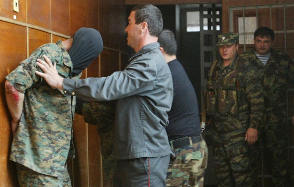 2) 8 июля власти Южгной Осети арестовали четверых грузинских солдат в Цхинвали. Позднее солдаты были отпущены. Фото: Казбек Басаев/AFP/Getty Images