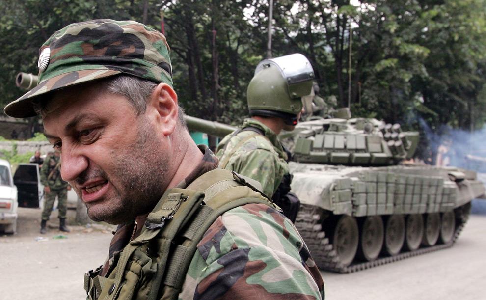 17) Президент Южной Осетии Эдуард Кокойты стоит рядом с российскими танками в югоосетинском городе Джава, 9ое августа 2008 года. Фото: Дмитрий Костюков, AFP