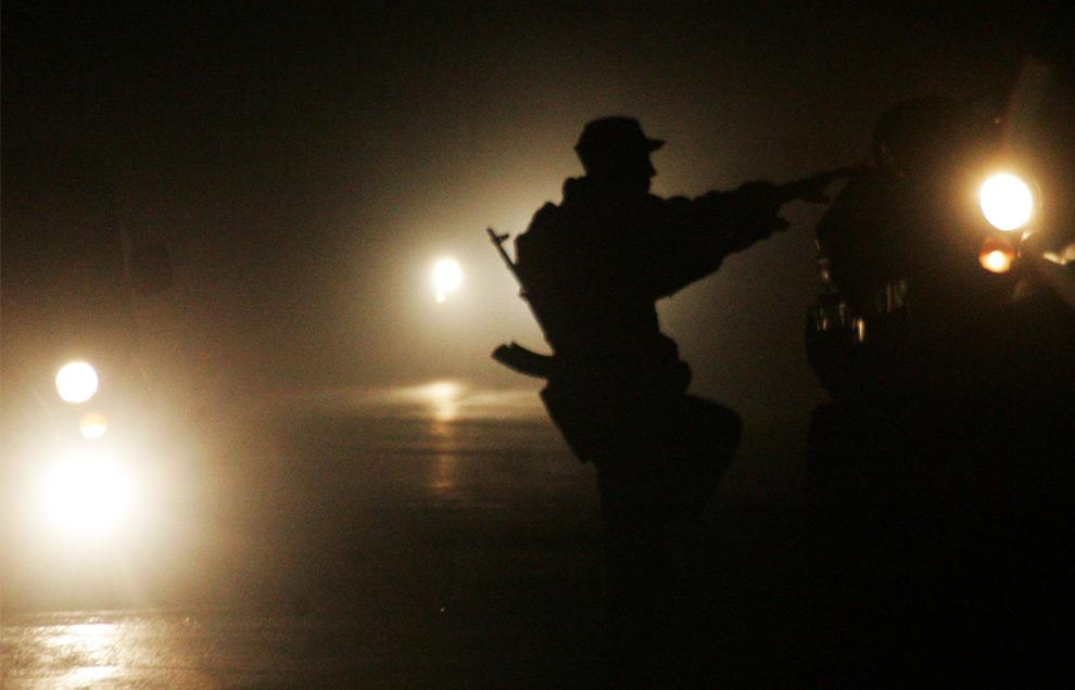 19) Югоосетинский солдат забирается на БТР, 10 августа 2008 года. Фото: Дмитрий Костюков, AFP