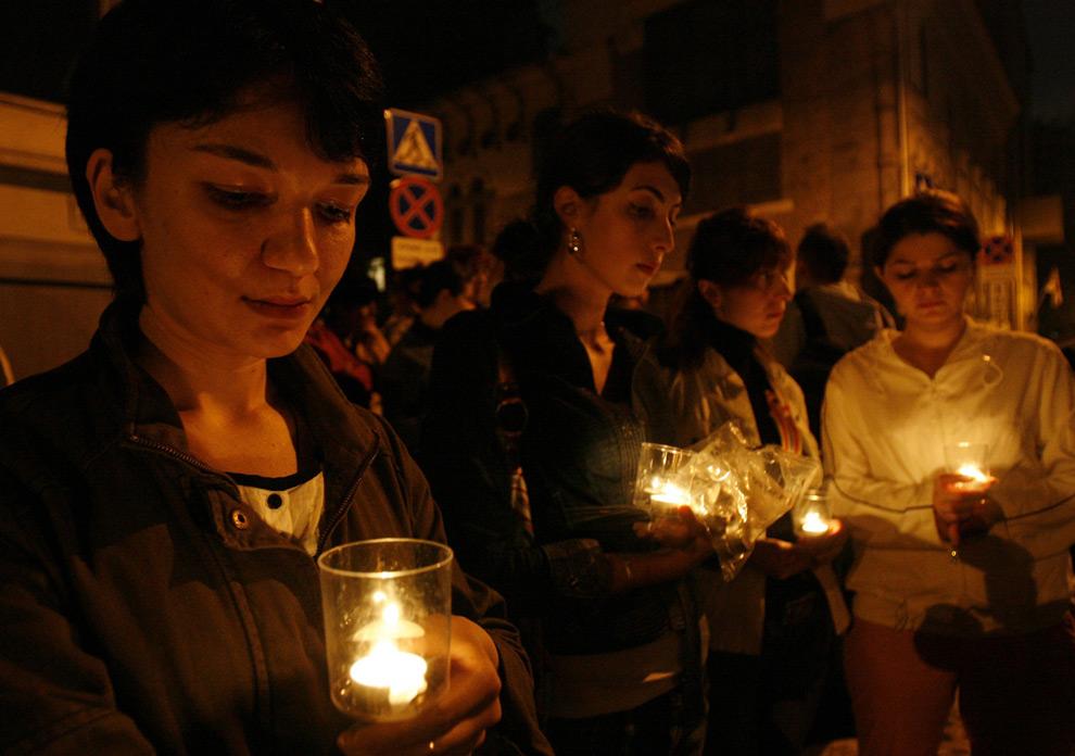 21) Люди держат свечи во время акции протеста у грузинского посольства в Москве. Фото: Сергей Карпухин, Reuters